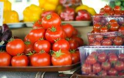 Röda nya tomater på en filial på räknaren Arkivbild