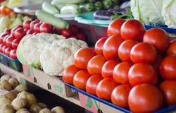 Röda nya tomater på en filial på räknaren Royaltyfria Bilder