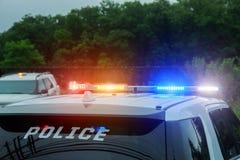 Röda och blåa blinkande ljus på polisbilen royaltyfri foto