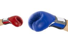 Röda och blåa boxninghandskar på vit bakgrund Arkivbilder