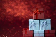 Röda och blåa gåvaaskar för ferieberöm royaltyfria bilder