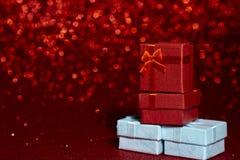 Röda och blåa gåvaaskar för ferieberöm royaltyfria foton