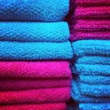 Röda och blåa handdukar Fotografering för Bildbyråer