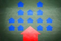 Röda och blåa pilar i motsatta riktningar Fotografering för Bildbyråer
