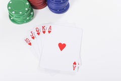 Röda och blåa pokerchiper för gräsplan, med kort Arkivbild