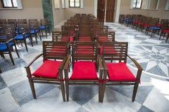 Röda och blåa stolar från bästa sikt fotografering för bildbyråer