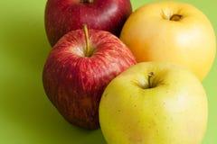 Röda och gröna äpplen Royaltyfria Bilder