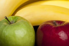 Röda och gröna äpplen och bananer Royaltyfri Foto