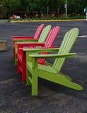 Röda och gröna Adirondack stolar Arkivbild