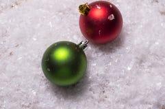 Röda och gröna julbaubles Royaltyfri Foto