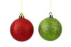 Röda och gröna julbollar som isoleras på vit bakgrund Royaltyfria Foton