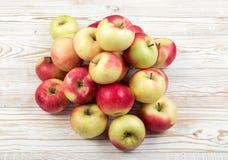 Röda och gröna mjuka äpplen ordnar till för Juice Produce arkivbild