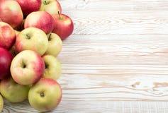 Röda och gröna mjuka äpplen ordnar till för Juice Produce royaltyfri bild