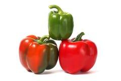 Röda och gröna spanska peppar arkivfoton