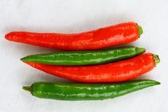 Röda och gröna thailändska chilipeppar royaltyfria foton