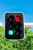 Röda och gröna trafikljus Arkivbild