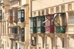 Röda och gröna Valletta balkonger Fotografering för Bildbyråer