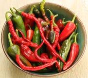 Röda och gröna varma Chili Pepper Varieties Arkivbild