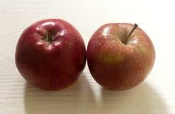 Röda och gula äpplen för skönhet Royaltyfria Bilder