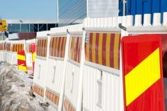 Röda och gula contructionbarriärer för vit, royaltyfri bild