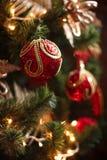 Röda och gula garneringar för julträd Arkivfoton