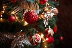 Röda och gula garneringar för julträd Arkivbilder