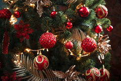 Röda och gula garneringar för julträd Arkivfoto