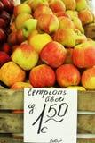 Röda och gula nya äpplen stannar i marknaden Arkivbild