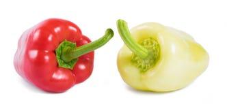 Röda och gula söta peppar som isoleras på vit bakgrund arkivbild