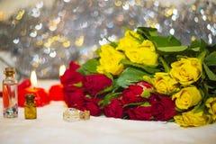 Röda och gula små rosor med stearinljus Royaltyfri Foto