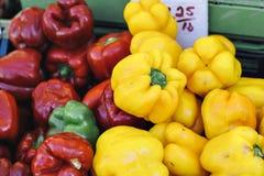 Röda och gula spanska peppar sitter i en hög royaltyfria foton