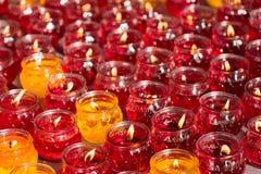 Röda och gula stearinljus i en kinesisk buddistisk tempel Arkivbild