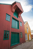 Röda och gula trähus i Norge Arkivbild