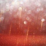 Röda och guld- abstrakta bokehljus defocused bakgrund Arkivbilder