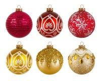 Röda och guld- färgrika julbollar som isoleras på vit bakgrund Arkivfoto