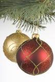 Röda och guld- julbaubles arkivfoton