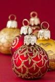 Röda och guld- julbollar III Arkivfoto