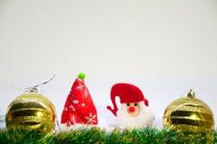 Röda och guld- julbollar, Santa Claus och julgarnering på en vit bakgrund Royaltyfri Bild