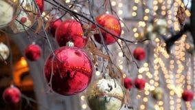 Röda och guld- xmas-bollar på träd stock video