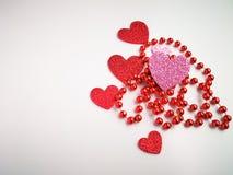 Röda och rosa hjärtor som isoleras på bästa sikt för vit bakgrund Royaltyfri Foto