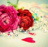 Röda och rosa rosor med hjärta, förälskelsebakgrund Royaltyfria Bilder