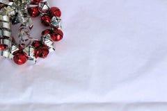 Röda och silverKlocka krans på vit bakgrund Royaltyfri Bild