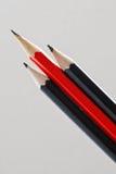 Röda och svarta blyertspennor Royaltyfri Bild
