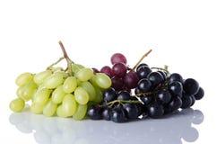 Röda och svarta druvor för vit, royaltyfria bilder