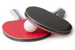 Röda och svarta Ping Pong Paddles - bästa belägen mitt emot kamera Royaltyfri Bild