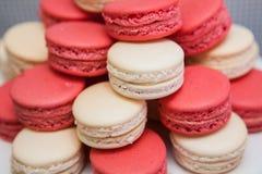 Röda och vaniljmakron Royaltyfri Foto