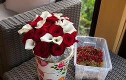 Röda och vita blommor med bär Royaltyfri Fotografi