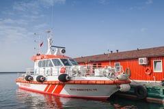 Röda och vita brandfartygställningar förtöjde i Izmir Royaltyfri Bild