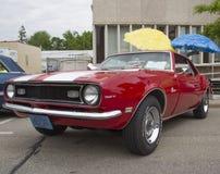 Röda och vita Chevy Camaro 1968 327 Arkivbild