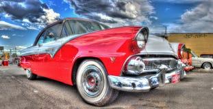 Röda och vita Ford Fairlane för klassisk amerikansk 50-tal Royaltyfria Foton